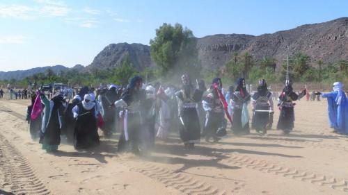 Danseurs du Ksar El Mihan durant la première phase du rituel de la Sebeiba Tileline nommée « T-enfer ». Le rituel est composé au total de trois phases dont les deux autres sont respectivement : Tekemsîn et Araleï-n-awaleï. © Photo de l'auteur.